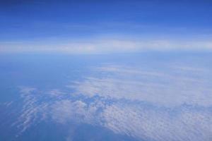 blauer Himmel und weiße Wolkenansicht vom Flugzeug foto