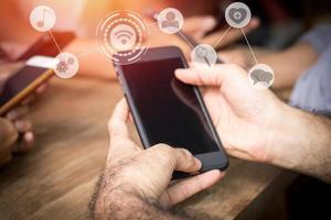 Symbole über einem Smartphone foto