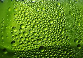 Wasser auf grünem Hintergrund