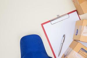 Draufsicht auf Arbeitshemd und Portokästen