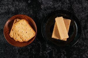 Kekse auf einem dunklen Hintergrund foto