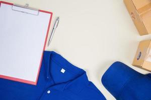 Draufsicht auf Arbeitshemd und Portokästen foto
