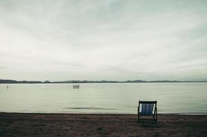 Meer mit Resort Liegestühlen