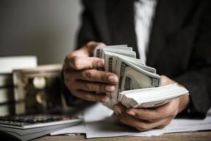 Der Unternehmer berechnet das finanzielle Wachstum und die Investitionen foto