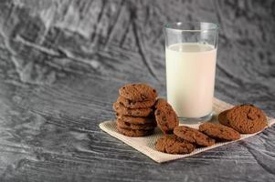 Kekse und ein Glas Milch auf einem Tuch