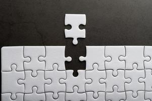 Puzzle mit einem fehlenden Teil foto