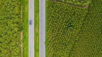 Luftaufnahme eines Lastwagens auf einer Straße foto