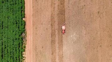 Traktor in der Nähe eines Feldes