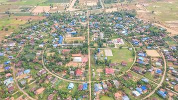 Drohnenansicht eines Dorfes foto