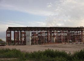 Bau einer Betonbrücke über eine Kreuzung zur Lösung von Verkehrsproblemen foto