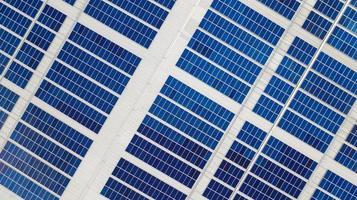 Dach mit Sonnenkollektoren foto