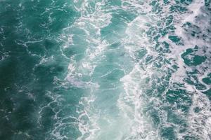 Nahaufnahme von Blasen von einer Fähre im Meer, Meerwasserschiffspur mit einer schaumigen Welle foto