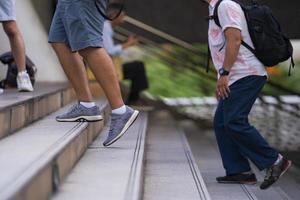 Leute, die auf Treppen gehen foto