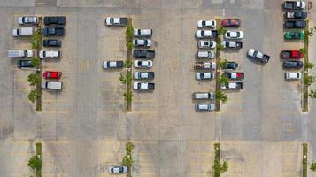 Draufsicht auf einen Parkplatz foto