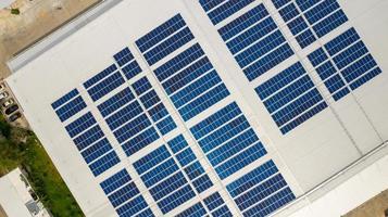 Sonnenkollektoren auf einem Dach foto