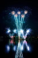 blaues Feuerwerk am Nachthimmel foto