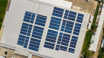 Luftaufnahme eines Gebäudes mit Sonnenkollektoren foto