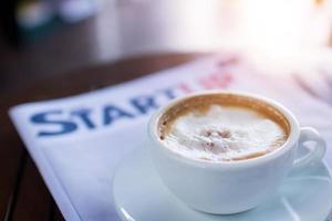 Kaffee mit Magazin im Cafe foto