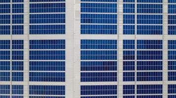 Luftaufnahme von Sonnenkollektoren foto