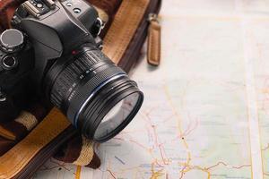 Kamera und Tasche auf einer Karte foto