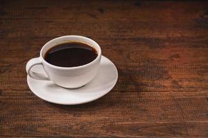 Kaffeetasse auf einem Holztisch foto