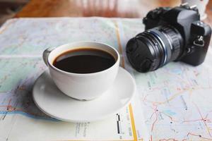 Kaffee und eine Kamera auf einer Karte foto