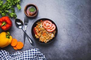 gebratener Reis mit frischem Gemüse foto