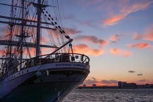 Ein Segelschiff machte im Hafen in Dänemark fest foto