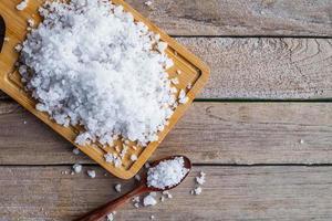 Salz auf Schneidebrett