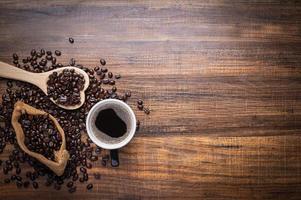 frischer Kaffee und Kaffeebohnen foto