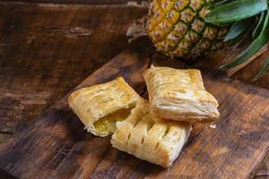 Ananastorten auf einem hölzernen Hintergrund foto