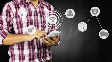 Mann mit Telefon mit sozialen Symbolen foto