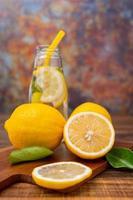 Zitronenscheiben auf einem Schneidebrett foto