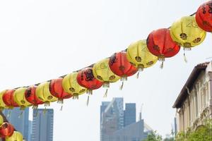 rote und gelbe chinesische Laternen hängen foto