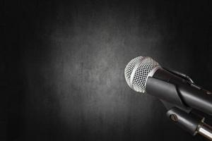 Mikrofon auf dunklem Raum und Studiohintergrund