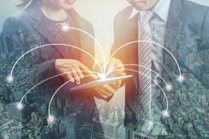 Doppelbelichtung von zwei Geschäftsleuten und Stadt