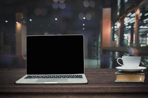 Laptop und Kaffee mit Cafe Hintergrund foto