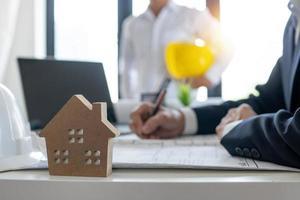 Käufer von Eigenheimen unterzeichnen einen Vertrag foto