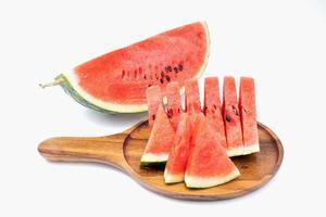 Wassermelone auf Holztablett lokalisiert auf weißem Hintergrund