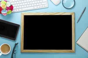 Kreidetafel auf blauem Schreibtisch foto