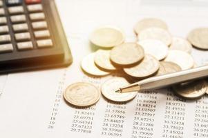 Münzen auf Finanzdokument foto