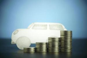Papierauto und Münzen foto