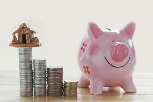 Sparschwein mit Münzen foto