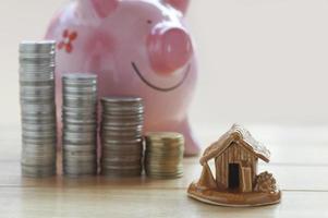 Münzen, Sparschwein und Ersparnisse foto