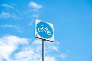 Fahrradschild und blauer Himmel foto