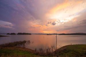Damm und Sonnenuntergang foto