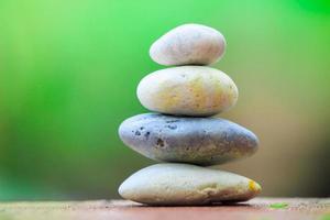 Zen Stein auf einem grünen Hintergrund foto