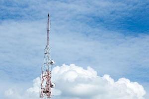 hoher Telekommunikationsturm mit Wolken im blauen Himmel foto