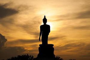 Buddha-Statue bei Sonnenuntergang in Thailand foto
