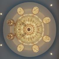 Kronleuchter in einem klassischen Raum leuchtet